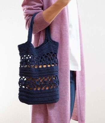 カジュアルな装いによく似合う縦長の透かし編みバッグ。ニットなので、ほどよいしなやかさがあり、全体のコーデを穏やかな印象にまとめられます。