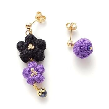 アシメントリーデザインのぷっくりお花のピアスです。先端にチェコガラスをアレンジして、優雅な印象をプラスしています。
