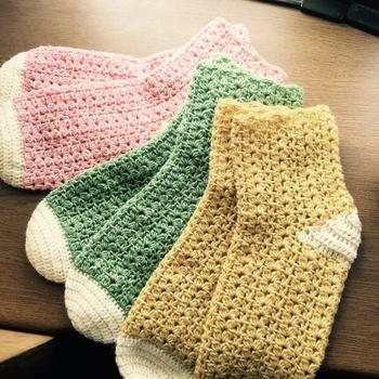 ウールとナイロンの細糸を使っっているので、暖かさと肌触りの良さの両方を楽しむことができます。かかととつま先だけカラーと編み方を変えて、丈夫さもプラス。