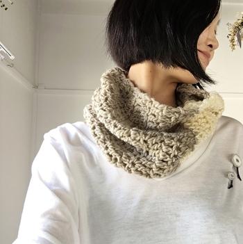 極太の糸をざっくり編んで、緩やかなイメージで作り上げたスヌードは、ボリュームもあって軽やかに着けることができます。