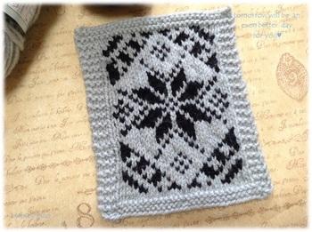 黒とグレーの毛糸で作ったシックなドイリーです。冬らしいアイコンを編み込んで、見た目から暖かさをアレンジしています。