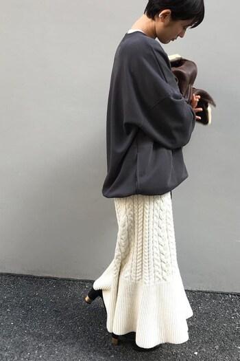 マーメードラインが美しいケーブルニットのスカートはとても美しい上に存在感もあり毎日のコーディネートにワクワクをプラスしてくれるアイテムです。ニット系を合わせても良いですが、オーバーサイズのトレーナを合わせることで大人のこなれ感を演出してくれます。