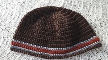 目のつまったタイプの帽子は、頭のかたちにフィットするのでさりげなく温かさが欲しい時にぴったり。耳を出してかぶるタイプの帽子です。