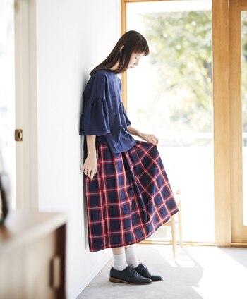 ギャザーを効かせた存在感のあるチェックのスカートは、シンプルに着こなすことで大人カジュアルに見せることができます。ポイントはチェックの中の色と同系色のトップスを選ぶこと。そうすることで統一感のあるコーディネートに仕上がります。
