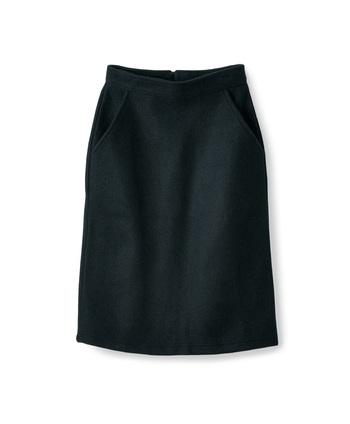シンプルなタイトスカート。優しいウールのような肌触りですがアクリルとナイロンの素材なので洗濯機で洗えるんです。