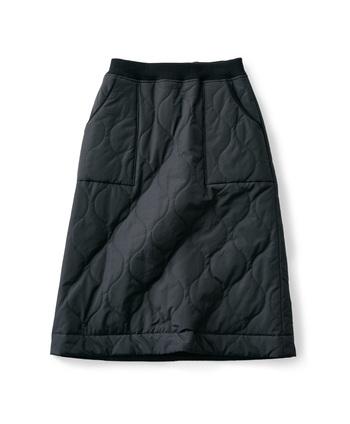 スポーティーな印象のキルティング素材のスカートは腰回りを暖かく包んでくれる優秀なアイテム。街はもちろん、アウトドアシーンでもおしゃれに見せてくれる万能アイテム。