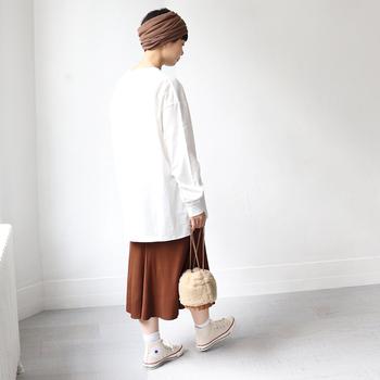 スカート自体は女性らしいデザインですが、あえてビックサイズのメンズライクなトップスやスニーカーを合わせると◎。リブ素材なのでアクティブに自分らしく着こなしを楽しむことができます。