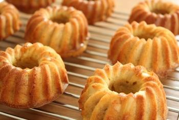 """クグロフはアルザス地方でも少しリッチなお菓子扱いです。なので日常的に食べるというよりも、クリスマスや結婚式などのお祝い事や""""日曜の朝に食べる贅沢な朝食""""として親しまれているといいます。"""