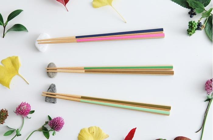 塗り箸の名産地・福井県小浜市の老舗「箸蔵まつかん」製の六角箸。6面のうち3面を異なる色で彩られたお箸たち、別名『色鉛筆箸』。食卓を明るくしてくれるだけでなく、六角形ならではの握りやすさと滑りにくさを併せもっています。