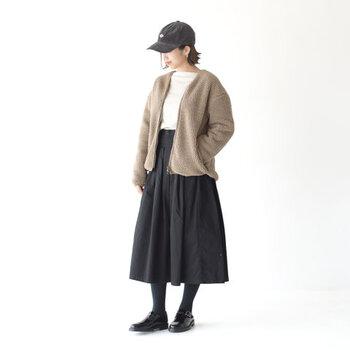 ユニセックスで着用できるシンプルなデザインは、パンツにもスカートにも合わせやすく幅広いコーディネートに活躍してくれます。インナー・ボトムス・小物など、アイテムの組合わせ次第で様々な着こなし方が楽しめそうです。