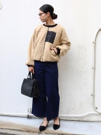 コンパクトなボアジャケットは、コーデ次第ではきれいめな着こなしも可能。ハリ感のあるワイドデニムやパンプスを合わせれば大人っぽい雰囲気に。