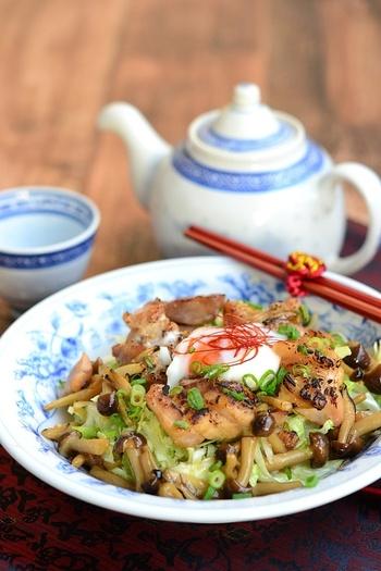 一品でも充分なボリューム料理なら、鶏玉ベジ丼はいかがでしょう?一皿で栄養バランスもよく、満足度も高くておすすめです。甘辛味でご飯が進みますよ♪