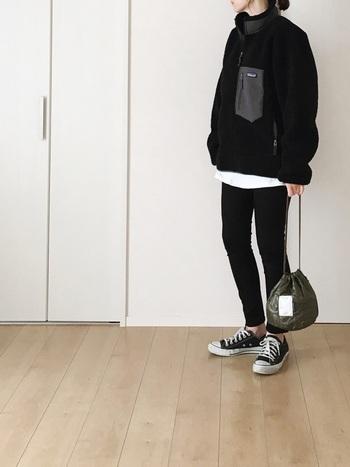 黒×白のモノトーンでまとめたシックなカジュアルスタイル。メンズサイズのフリースジャケットが今年らしい印象です。差し色としてカーキのバッグを合わせると、辛口なイメージの大人っぽいコーディネートに。