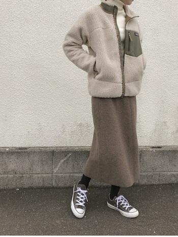 すっきりしたデザインのボアジャケットは、カジュアルにもキレイめにも合わせやすく、幅広いコーディネートに活躍してくれます。スニーカー合わせのカジュアルスタイルでも、ベージュ×ブラウンの配色なら女性らしくて上品な雰囲気のコーディネートに。