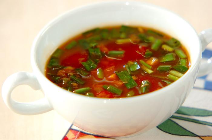 寒い日に飲みたいあったかい野菜スープ。使用する野菜は、ニラ、プチトマト、人参の3種ですが、野菜ジュースを使うことで栄養と旨味が凝縮したスープになります。まるでミネストローネのような味わいです。