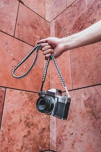 家電量販店には新品のカメラしかありませんが、カメラ屋さんに足を運ぶと中古のカメラがあります。ほんの少しボディに傷があっても新品よりとてもお手頃価格な場合もあるので、カメラが欲しいと思ったらぜひチェックしてみましょう。