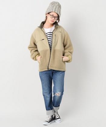 優しい色味のベージュのジャケットは、爽やかなボーダートップスと相性抜群。フェミニンなスカートやワンピースにも合わせやすいので、カジュアルからキレイめまで幅広いコーディネートが楽しめそうです。