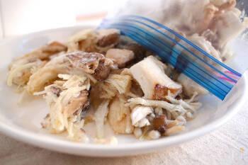 きのこを食べやすい形に切って冷凍しておくと、そのまま使えて便利なストック食材に。旨味もアップして一石二鳥です!単品とミックス、切り方など用途に合わせて賢くストックしておきましょう。