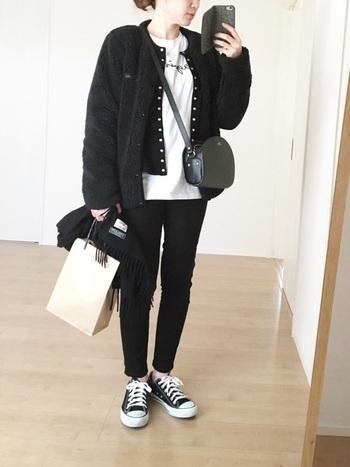 agnes b.のカットソー&カーディガンに、メンズサイズのジャケットを組み合わせたフレンチシックなカジュアルコーデ。オーバーサイズのジャケットがおしゃれな雰囲気ですね。タイトなシルエットの黒スキニーを合わせて、クールで大人っぽい雰囲気のコーディネートに。