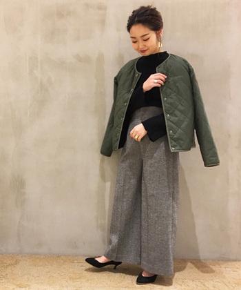 こちらはボアフリースとナイロンキルティングを組み合わせた、リバーシブルデザインのおしゃれなジャケット。シンプルなデザインのジャケットなら、キレイめな印象のカジュアルコーデにも◎。辛口なイメージの黒×カーキの配色で、大人っぽくスタイリッシュな雰囲気のコーディネートに。