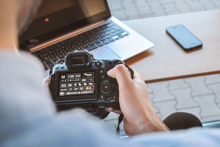 もしも身近に写真が好きな友達がいたら、使わなくなったカメラを市場より安い値段で譲ってもらえることがあるかもしれません。もしくは、ご両親がカメラ好きなら実家に使わなくなったカメラが眠っている可能性も。一緒に写真を撮りに行くとカメラを教われるかもしれません◎