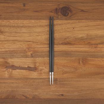 18-10ステンレス×樹脂製のマットな質感は和の食卓にも調和。 全長:およそ22.2cm。重さ:およそ28g(やや重たい)。