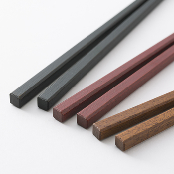 水に強いのが特徴の鉄木を使用。拭き漆仕上げで、漆の艶と透けた木目が楽しめます。太めと細め、2つの太さから選べます。また、形も3種類。こちらは安定感のある「四角」タイプですが、安定感と持ちやすさのバランスが良い「八角」と手に馴染む「削り」タイプもありますよ。