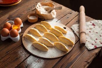 大好きなパンを自宅で作りたいという方は、手作りパンを作ってみましょう。生地の捏ね方や、発酵のさせ方、焼き加減などで仕上がりが変化するパンは、奥が深く長く楽しめる趣味です。