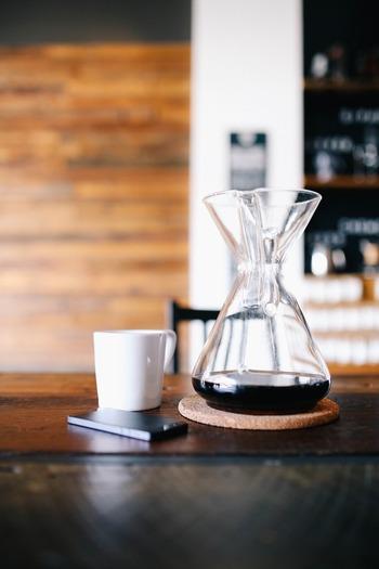 コーヒーを豆から挽いて、お気に入りのコーヒーグッズでドリップする時間は、いい香りに包まれる至福のひととき。バリスタになったような気分で楽しみましょう。ラテアートの練習をしても良いですね。