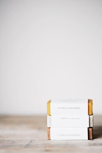 作るときの香りもよく、使っても楽しめる見た目も美しい手作り石鹸は、癒し効果もあり忙しい方の趣味にぴったり。天然石風やマカロン風、フラワー入りなどオリジナルのアレンジを楽しめます。