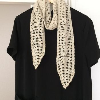 透け感のあるベージュのマフラーは温かい日と寒い日が交互にやってくる季節の変わり目にもぴったり。シンプルなお洋服に合わせて、コーデのアクセントに。