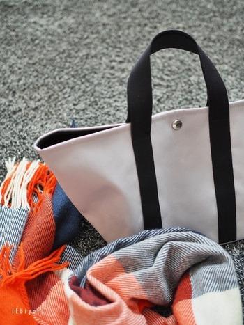 クロードの大きめトートを愛用されているというサチさん。たっぷりの収納力のバッグに少な目の荷物を余裕をもって入れています。