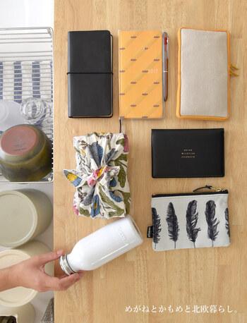 お弁当や水筒、手帳にポーチなど必需品だけれど、メインバッグには入れないものを収めています。四角いかたちでまとめているので、きちんと感がありますね。