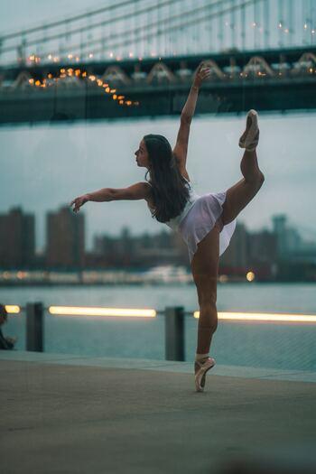 ダンスが得意な方は、お家の中でダンスをして日頃のストレスを解消しましょう。体の柔軟性が高まったり、シェイプアップに繋がったりします。