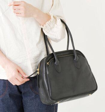 流行りを選ばない、長く使えるデザインで人気のレザーバッグ。自然な質感のレザーを使用し、カジュアルにもフォーマルなファッションにも相性抜群!