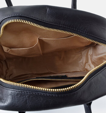 外側両サイドについた大きなポケットの他にも、内側に小分けポケットもたっぷり。リピーター続出のアイテムです。