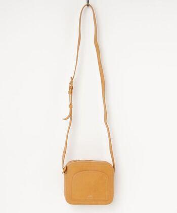 マスタード色がおしゃれでかわいいミニバッグ。スクエア型のバッグは、毎日のコーデに上品で大人女子らしいアクセントをプラスしてくれます!