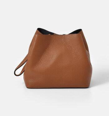 ミニバッグながら長財布も横向きに収納可能なのが嬉しいですね。いつものコーデのポイントにいかがですか?