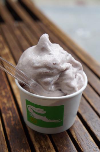 ソフトクリーム好きにお勧めなのが、『どら餡ソフトau lait』。  北海道紋別産の牛乳のソフトクリームに、うさぎやの美味しい小豆餡を混ぜた絶品ソフトクリームです。クリーミィで滑らかな食感で、甘みもちょうど良く、散策疲れの身体にぴったりのおやつです。持ち帰り出来ないので、せっかく店まで足を運ぶのなら絶品ソフトも頂いてみましょう。