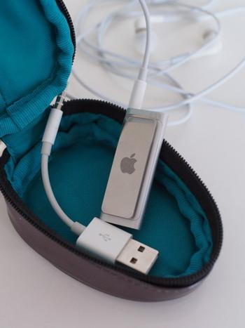 音楽ツールなどはケーブルごとポーチにまとめる習慣を。ケーブルがバッグの中で引っかかって、破断してしまうのを防げます。