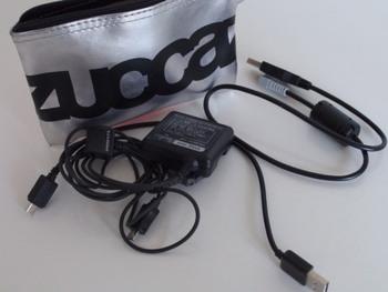 ごちゃごちゃしやすいカメラの充電ケーブルなどは、くるくる巻いて、できるだけコンパクトにしたうえで、薄型のポーチにいれておくとスリムに収納できます。