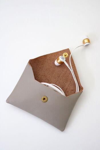 バッグにそのまま入れてしまうと、いろいろなものに絡んで取り出しにくくなるイヤホン。専用のポーチを用意してあげると、迷子にもならず一石二鳥です。