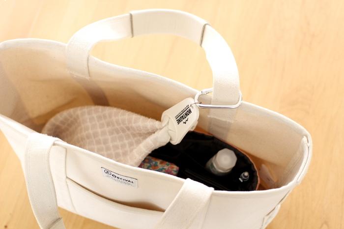 100円ショップで販売されているというこちらのホルダーにタオルの端を入れて、付属のカラビナをバッグのハンドルにつなげておけば、ハンカチやタオルが迷子になってしまうことはありません。