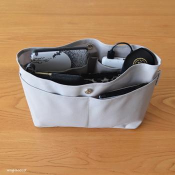 バッグの中の定番アイテムをバッグインバッグに入れておけば、毎日の入れ替えが楽になります。それぞれのアイテムの定位置まで決めておけば、バッグインバッグが乱れてしまうこともありません。