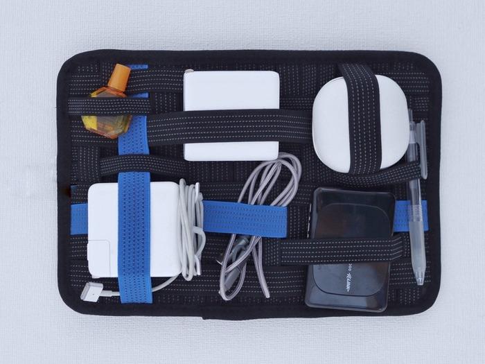 こちらのユニークな収納ボードはデジタルガジェット用のもの。さまざまなかたちのものがあるデジタルガジェットがコンパクトに収められています。