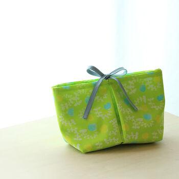 長い布をぱたんぱたんと折りたたんで縫っていくだけで、ポケットがたくさんあるバッグインバッグを手作りすることもできます。好みの布で、好みの大きさのバッグインバッグを作ってみるのも素敵です。