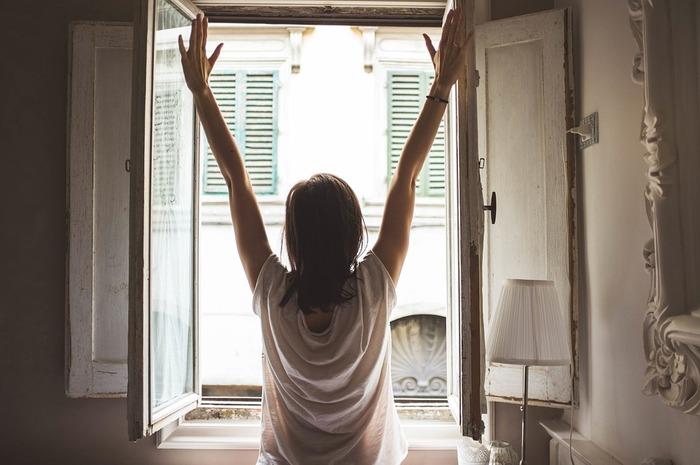 まずはカーテンを開けて、晴れていたら日の光を浴びましょう。日光を浴びると、骨を強くするビタミンDを作ったり、幸せホルモンと呼ばれるセロトニンが分泌されるなど、身体に嬉しい効果が期待できます。あわせて体感気温もチェックして、コーデ選びの参考にしたいですね。