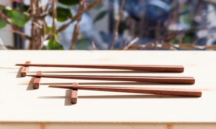 素材は、東南アジアに産出する鉄木(てつぼく)。丈夫で耐水性に優れ、幹は密度が高く重みがあるため、長く使っても箸先が丸くならないのがポイントです。