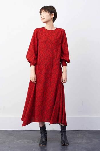 一枚で着映えする、しなやかな落ち感のジョーゼット素材の赤いワンピース。繊細な表情の柄は「ミュルーズ染織美術館」収蔵のアーカイブ柄をアレンジしたもの。個性的な柄と鮮やかな赤が、着るだけでパワーを与えてくれます。ランダムに揺れる裾や袖のふくらみが女性らしいシルエットを作ってくれるのも嬉しいポイント。