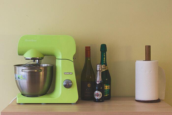キッチンに置くなら、ハンドミキサーの大きさやデザインにも注目しましょう。収納しやすいサイズやインテリアに似合うカラーの、お好みのものをチョイスして。また、実際に使うときは重さもポイントです。片手で操作しても疲れないハンドミキサーの重さは1kg以下と言われています。特に、料理やお菓子作りのときに肩が凝るなどの悩みがある方は、横幅が20cm以下のなるべく軽量のものを選ぶと、より早く混ぜることができ快適に使えるでしょう。